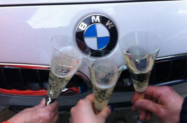 Три бокала с шампанским и авто